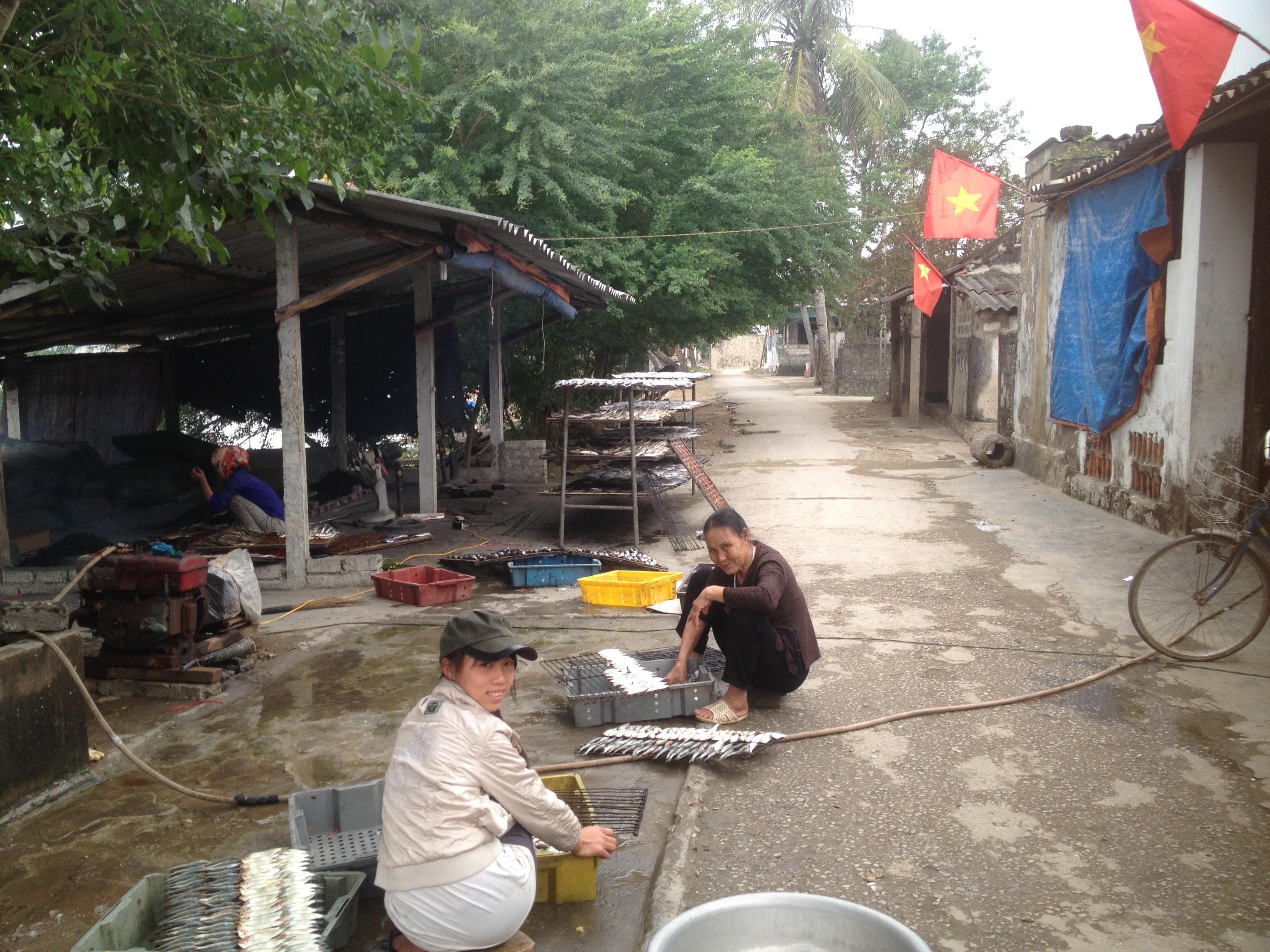 Bám trụ với nghề bán muối, rong ruổi ngày mùng 1 Tết - Ảnh 1